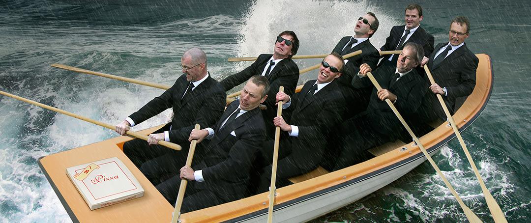 Fotomontage till Konsultgruppen, om att alltid leverera. Konsulter i en båt som levererar första pizzan från italien. Skapad på Laj illustration
