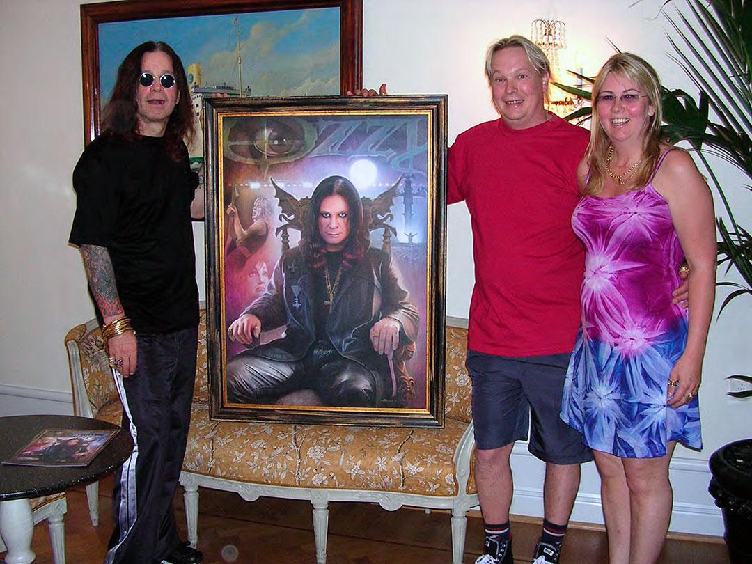 Ozzy tillsammans med sin tavla och fansen Anders och Anna