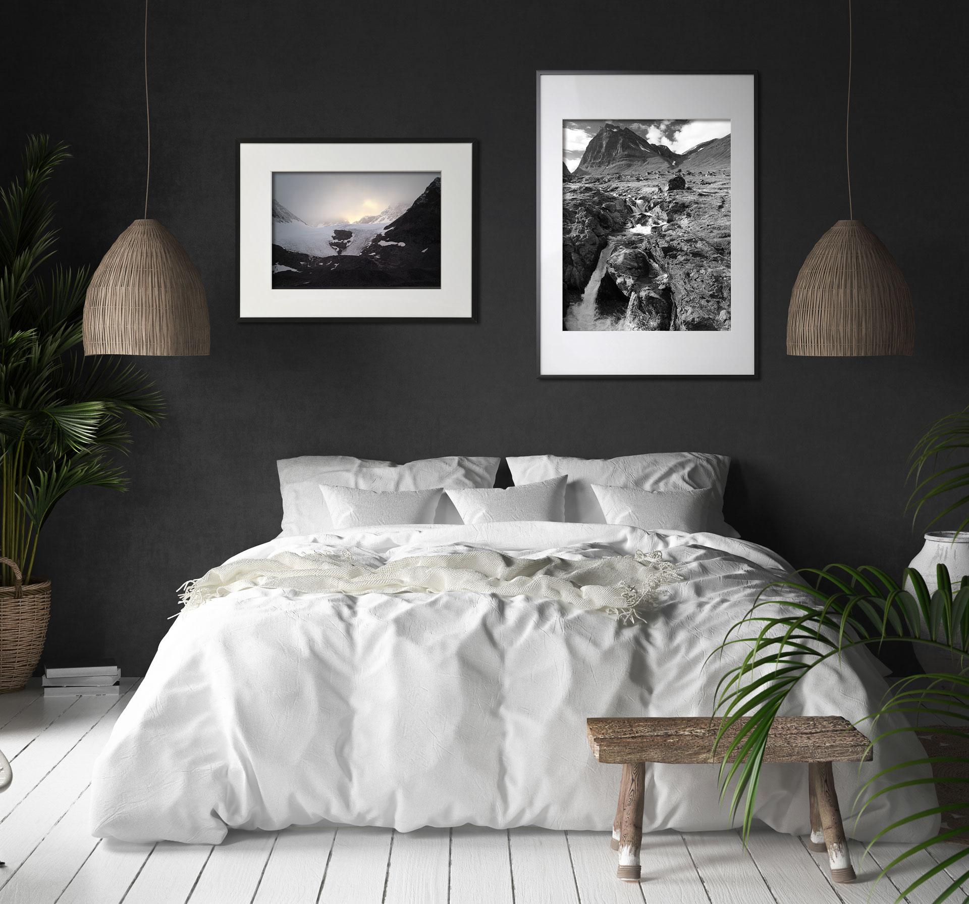 Foto som visar två tavlor i sovrum - svartvita motiv på landskap från picturethat.se